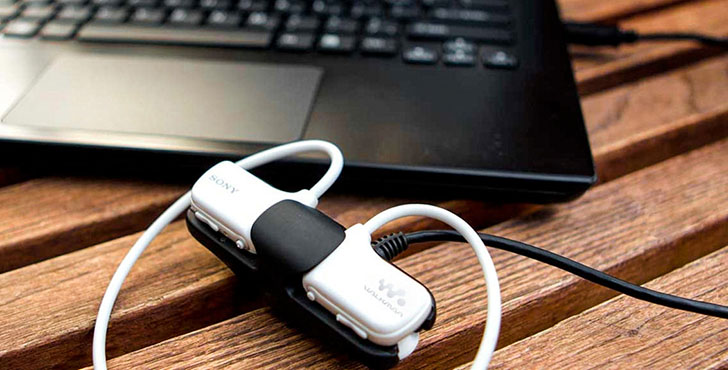 Sony Walkman W273S на зарядке