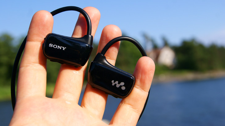 Sony Walkman W273 в ладони